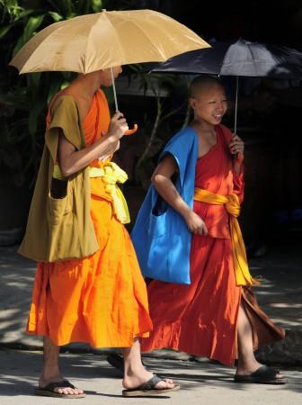 Moines devant le Temple That Makmo, Luang Prabang, Laos